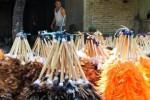 Kerajinan bulu ayam dibikin di Desa Blabak, Kediri, Rabu (20/5/2015). (JIBI/Solopos/Antara/Budi Candra Setya)