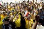 Para pendukung Partai Golkar hasil Munas Bali bersorak bersama seusai sidang putusan terkait dualisme kepengurusan Partai Golkar di PTUN Jakarta, Senin(18/5/2015). (JIBI/Solopos/Antara/Rosa Panggabean)