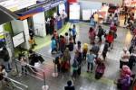 Pemeriksaan tiket KA Lebaran di Stasiun Gambir, Minggu (31/5/2015). (Dedi Gunawan/JIBI/Bisnis)