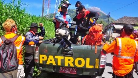 Sejumlah sukarelawan dan personel SAR Boyolali bersiap melanjutkan proses evakuasi pendaki yang jatuh di kawah Merapi, di Pos Selo, Boyolali, Senin (18/5/2015). (JIBI/Solopos/Antara/Aloysius Jarot Nugroho)