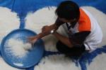 Pemeriksaan kualitas beras di Gudang Bulog Gadang, Malang, Selasa (19/5/2015). (JIBI/Solopos/Antara/Ari Bowo Sucipto)