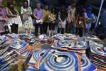 Petugas memusnahkan selang karet ekpiji di halaman Kemendag, Jakarta, Jumat (22/5/2015). (JIBI/Solopos/Antara/Wahyu Putro A.)