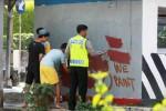 Remaja didampingi polisi hapus grafitti di pos polisi, Sabtu (9/5/2015). (Desi Suryanto/JIBI/Harian Jogja)