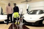 Floyd Mayweather dengan Mclaren 650S dan Lamborghini Aventador. (Inautonews.com)