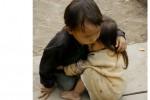 Foto dua anak kecil saling berpelukan di Desa Can Ty, Provinsi Ha Giang, Vietnam (BBC.com)