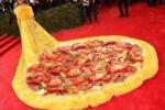 Gaun Rihanna diedit bagai pizza (Twitter.com/@scott_mills)