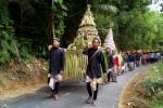 Karang taruna desa memanggul gunungan saat arak-arakan peringatan Merti Dusun, Dusun Gunungrejo, Desa Hargorejo, Kokap, Sabtu (9/5/2015). (JIBI/Harian Jogja/Holy Kartika N.S)