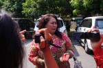 Endang Titin Wapriyustia, 50, mendatangi Mapolresta Solo untuk melaporkan suaminya Redi Eko Saputro yang berencana menikahi Winalia, 40, janda cantik yang menjual rumah dengan bonus menikahinya, Jumat (22/5/2015). (Sunaryo HB/JIBI/Solopos)