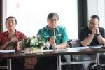 Four Wheel Deputy Managing Director PT SIS, Davy J. Tulian (dua dari kanan), menyampaikan materi jumpa pers didampingi Direktur PT Solo Indonesia Utama, Edy Susanto (kiri), di Sala View Hotel, Senin (18/5/2015). (Shoqib Angriawan/JIBI/Solopos)