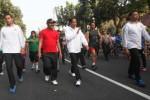 Presiden Joko Widodo (ketiga dari kanan), didampingi Wali Kota Solo F.X. Hadi Rudyatmo berjalan di area Car Free Day (CFD) Kota Solo, Jl. Slamet Riyadi, Solo, Minggu (24/5/2015). Presiden Jokowi menyempatkan diri mengunjungi kawasan bebas kendaraan bermotor ini dalam kepulangannya ke Kota Solo. (Reza Fitriyanto/ JIBI/Solopos)