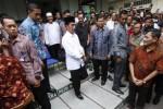 Presiden Joko Widodo, berjalan keluar dari masjid seusai menunaikan ibadah salat jumat di Masjid Kota Barat, Solo, Jumat (1/5/2015). (Ivanovich Aldino/JIBI/Solopos)