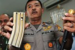 Kapolda Sulteng, Brigjen Pol. Idham Aziz menunjukkan magasin dan amunisi milik teroris Poso di Mapolda Sulteng, Palu, Selasa (26/5/2015). (JIBI/Solopos/Antara/Basri Marzuki)