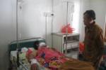 Korban pembacokan, Darto, 45, Kadus Nglorog, Desa Hargorejo, Kecamatan Tirtomoyo berbaring di bangsal RS Medika Mulya ditunggui ayah kandungnya, Selasa (19/5/2015). (Trianto HS/JIBI/Solopos)