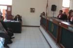 Terdakwa pencemaran nama baik Dimas Yulian Saputra (duduk di kursi pesakitan sebelah kanan), 21 dan Fajar Purnomo (duduk di kursi pesakitan sebelah kiri), 24, mendengarkan keterangan Ketua Majelis Hakim PN Klaten, Sagung Bunga Maya Saputri Antara (kanan) saat menjalani sidang perdana, Kamis (7/5). Kedua terdakwa didakwa melanggar Pasal 27 ayat 3 jo Pasal 45 UU No. 11/2008 tentang Undang-Undang Informasi Teknologi dan Elektronik (UU ITE) dan Pasal 310 Kita Undang-Undang Hukum Pidana (KUHP) tentang Pencemaran Nama Baik. (JIBI/Solopos/Ponco Suseno)