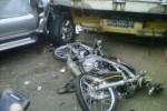 Kondisi bangkai mobil Isuzu Panther rusak di bagian depan setelah terlibat tabrakan karambol di Dusun Kenteng, Ngadirojo Kidul, Ngadirojo, Wonogiri, Kamis (14/5/2015). Sedangkan sepeda motor ringsek hingga dua orang tewas. (Istimewa)
