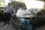 Kanit Laka Polres Karanganyar, Ibda Maryadi, menunjukkan mobil sedan Toyota Corolla, yang terlibat kecelakaan di Jl. Lawu, Tawangmangu, Jumat (1/5), di Polres Karanganyar. Kecelakaan maut yang menyebabkan dua orang meninggal dunia tersebut terjadi pada Kamis (30/4/2015) pukul 17.30 WIB. (Bayu Jatmiko Aji/JIBI/Solopos)