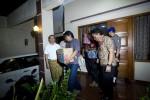 Sejumlah penyidik dari Bareskrim Polri membawa sejumlah barang seusai menggeledah rumah milik penyidik Komisi Pemberantasan Korupsi (KPK) Novel Baswedan di Kelapa Gading, Jakarta, Jumat (1/5/2015). (JIBI/Solopos/Vitalis Yogi Trisna)