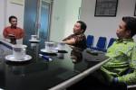 Peserta penjaringan calon Bupati Sragen dari PDIP Budiono Rahmadi (kiri) berbincang dengan Pemimpin Perusahaan PT Aksara Solopos Bambang Natur Rahadi (tengah) dan Wakil Pemimpin Redaksi Solopos Suwarmin saat berkunjung ke Griya Solopos, Jl. Adisucipto 190 Solo, Senin (4/5/2015). (Rohmah Ermawati/JIBI/Solopos.com)