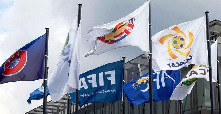 Bendera asosiasi-asosiasi sepak bola tingkat benua berkibar di Markas Besar FIFA di Zurich, Swiss, Rabu (27/5/2015). (JIBI/Solopos/Reuters/Ruben Sprich)