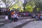 Suasana audisi peserta program Masih Dunia Lain (MDL) yang dilaksanakan di Open Stage kawasan wisata Taman Balekambang, Solo, Selasa (5/5/2015) siang. Dari ratusan orang yang datang audiri, program MDL hanya menjaring sembilan peserta. (Irawan Sapto Adi/JIBi/Solopos)