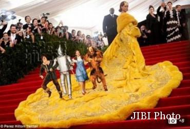 Meme gaun Rihanna jadi arena berjalan sejumlah superhero (Dailymail.com)