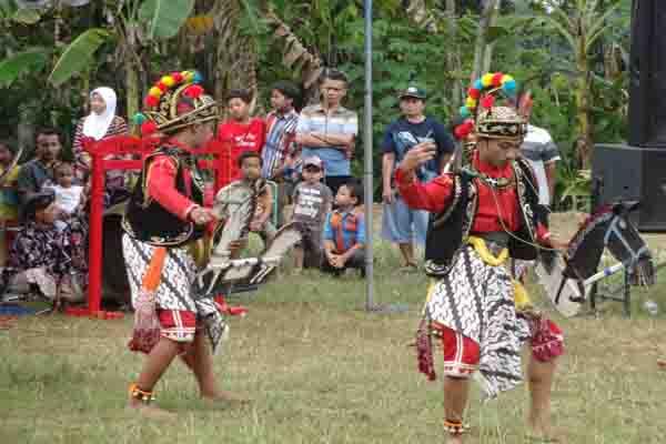 Warga Desa Ngargosari menampilkan Tari Incling Krido Mudo pada gelar seni kantong budaya di Lapangan Ngargosari, Kecamatan Samigaluh, Kulonprogo, Sabtu (30/5/2015). (JIBI/Harian Jogja/Rima Sekarani I.N.)