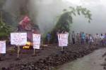 Warga Pakem Sleman protes penambangan pasir di wilayah itu, Sabtu (2/5/2015). (Bernadheta Dian Saraswati/JIBI/Harian Jogja)