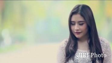 Prilly Latuconsina dalam video klip Fall In Love (Instagram.com)
