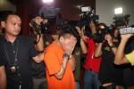 duga mucikari berinisial RA ketika rilis praktek prostitusi privat atau kelas atas di Polres Jakarta Selatan, Jakarta, Sabtu (9/5/2015). Dari pengungkapan kasus prostitusi dengan tarif Rp 80 Juta hingga Rp 200 Juta tersebut polisi juga mengamankan saksi berinisial AA. (JIBI/Solopos/Antara/Reno Esnir)