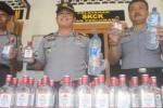 Polsek Selogiri menunjukkan 43 botol berisi vodka dan ciu yang disita saat operasi minuman keras (miras) di Dusun Krisak Kulon, Desa Singodutan, Selogiri, Selasa (12/5/2015). (Muhammad Ismail/JIBI/Solopos)