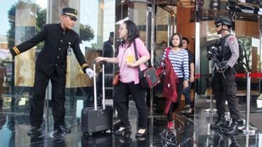 Penyidik Bareskrim Polri menggeledah Kantor SKK Migas di Wisma Mulia, Jakarta, Selasa (5/5/2015). Bareskrim Polri menggeledah kantor Satuan Kerja Khusus Pelaksana Kegiatan Usaha Hulu Minyak dan Gas Bumi (SKK Migas) terkait penyidikan tindak pidana korupsi dan pencucian uang yang terkait dengan penjualan kondesat bagian negara oleh SSK Migas kepada PT Trans Pacific Petrochemical Indonesia (TPPI) pada Tahun 2009-2010 dengan kerugian negara kurang lebih 2 triliun rupiah. (JIBI/Solopos/Antara/Reno Esnir)