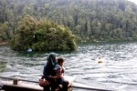 Wisatawan tengah menikmati keindahan alam objek wisata andalan Magetan, Telaga Sarangan. (JIBI/Solopos/Aries Susanto)