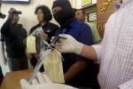 Polisi memeriksa tersangka Andang Yunarto,54 warga Kerten, Laweyan, Solo yang telah melakukan pembunuhan terhadap Rudi Giyartono alias Gambeng,45 di Mapolretsta Solo, Selasa (19/5/2015). Pembunuhan tersebut terjadi di Jl Sam Ratulangi, Kerte, Senin (18/5/2015). (Sunarto HB/JIBI/Solopos)