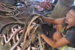 eri Kristianingsih, 30, yang akrab disapa Ning, sedang menguliti ular pada Sabtu (23/5/2015) siang di pemotongan ular Desa Sambon, Boyolali. (Kharisma Dita/JIBI/Solopos)