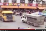 Wanita ini tertabrak dua truk saat menyeberan sambil main ponsel (Istimewa)