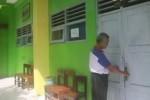 Wakil Kepala Sekolah SMPN 1 Selogiri, Prim Karono Widodo, mengecek ruang kelas yang akan digunakan untuk pelaksanaan UN paper based test (PBT), Minggu (3/5/2015). (Muhammad Ismail/JIBI/Solopos)