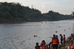 Tim SAR mencari Muhammad Aziz, warga RT 2/ RW 13, Desa Telukan Kecamatan Grogol yang tenggelam di aliran Sungai Bengawan Solo tepatnya di bawah Jembatan Bacem, Selasa (26/5/2015). (Bony EW/JIBI/Solopos)