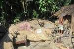 Triyono, 43, warga RT 003/RW 008 Dukuh Tambas, Desa Kismoyoso, Kecamatan Ngemplak, Boyolali, Rabu (20/5/2015), mengumpulkan sisa harta benda yang tersisa pascaterjangan lisus. (Kharisma Dhita Retnosari/JIBI/Solopos)