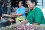 Sejumlah pedagang mengupas kulit bawang merah di Pasar Legi, Solo, Rabu (6/5/2015). Harga bawang merah melonjak akibat kurangnya pasokan di pasaran. (JIBI/Solopos/Shoqib Angriawan)