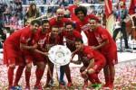 Pemain Bayern Munich pose bersama trofi juara Bundesliga seusai melawan Mainz. JIBI/Ruters/Michael D