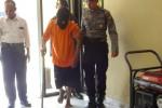 Ponidi, 38, berjalan pincang saat diantar petugas ke ruang pemeriksaan di Polres Kulonprogo, Senin (18/5/2015). (Rima Sekarani/JIBI/Harian Jogja)