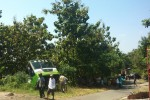 Warga Dusun Pencil, Kelurahan Wuryorejo, Kecamatan/Kabupaten Wonogiri melihat bangkai bus bumel jurusan Solo-Pracimantoro yang masuk jurang di dusun setempat, Sabtu (16/5/2015). (JIBI/Solopos/Trianto Hery Suryono)