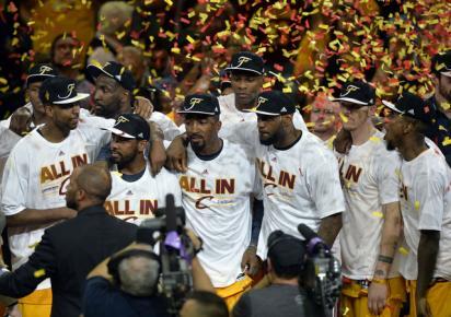Para pemain Cleveland Cavaliers merayakan kemenangan sebagai juara wilayah timur setelah mengalahkan Atlanta Hawks di Quicken Loans Arena. JIBI/Reuters/ David Richard-USA TODAY Sports