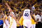 Guard Golden State Warriors, Stephen Curry (30, kiri), bersama forward Harrison Barnes (40) merayakan kemenangan seusai timnya mengalahkan Houston Rockets di Oracle Arena. JIBI/Reuters/Kyle Terada-USA TODAY Sports