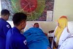 Purwanto dirawat di ruang perawatan balai desa Tamanmartani, Senin (04/05/2015).