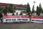 Warga yang tergabung dalam Forum Peduli Masyarakat Makamhaji (FPMM) meminta pertanggungjawaban DPRD dalam aksi yang digelar di gedung dewan setempat, Senin (4/5/2015). (Istimewa)