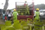Warga menyerbu operasi pasar elpiji tiga kilogram di pasar murah di Ngadirejo, Mojogedang, Karanganyar, Rabu (27/5/2015). Kegiatan tersebut digelar dalam rangka penutupan TMMD ke-94. (Bayu Jatmiko Adi/JIBI/Solopos)