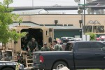 Polisi berjaga-jaga di tempat parkir Twin Peaks Sports Bar and Grill di Waco, Texas, pascakerusuhan antargeng motor, Senin (18/5/2015) waktu setempat. (JIBI/Solopos/Reuters/Laura Buckman)