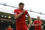 Kapten Liverpool Steven Gerrard merayakan gol penentu kemenangan. JIBI/Rtr/Carl Recine