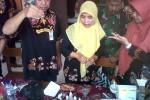 Petugas melakukan pengujian sampel jajanan sekolah dari sejumlah pedagang di sekitar SDN 1 Paseban, Bayat, Klaten, Kamis (28/5/2015). (Taufiq Sidik Prakoso/JIBI/Solopos)